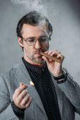 Üzletember dohányzás szivar