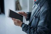 üzletember segítségével digitális tabletta