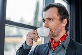 Fotografie businessman drinking coffee