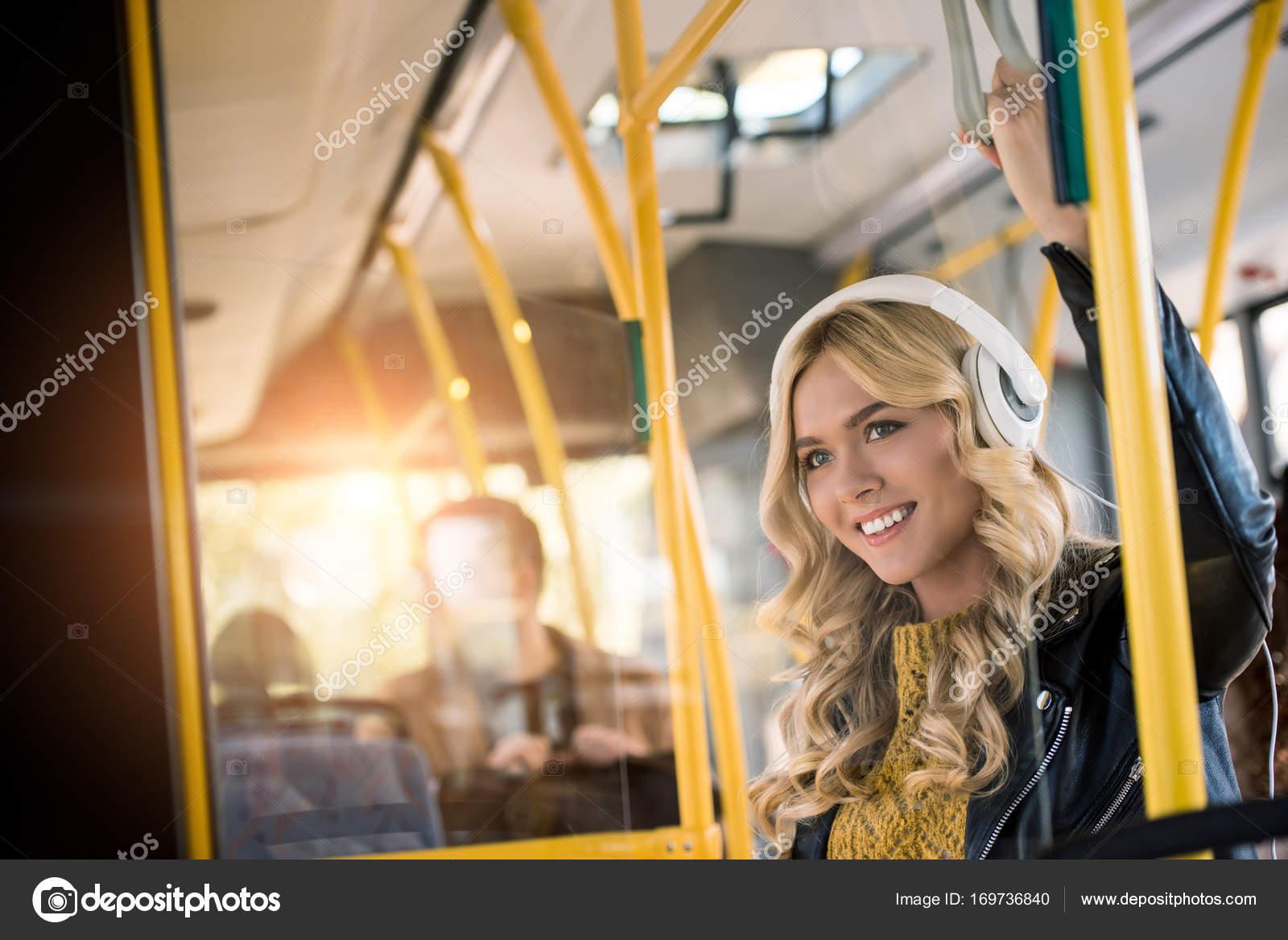 Escuchar Música De Chica En Autobus
