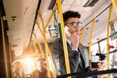 mladý podnikatel v autobuse