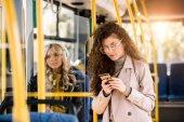 dívka pomocí smartphone v autobuse