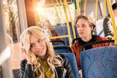 mladí lidé v městský autobus