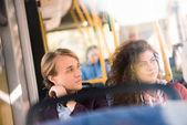 mladý pár v autobuse