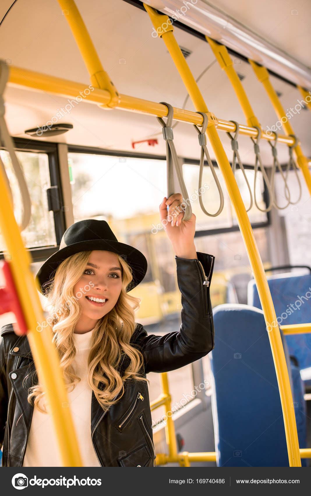 lesbiyskoe-porno-fotka-v-avtobuse-s-blondinkoy-bluzku-viden