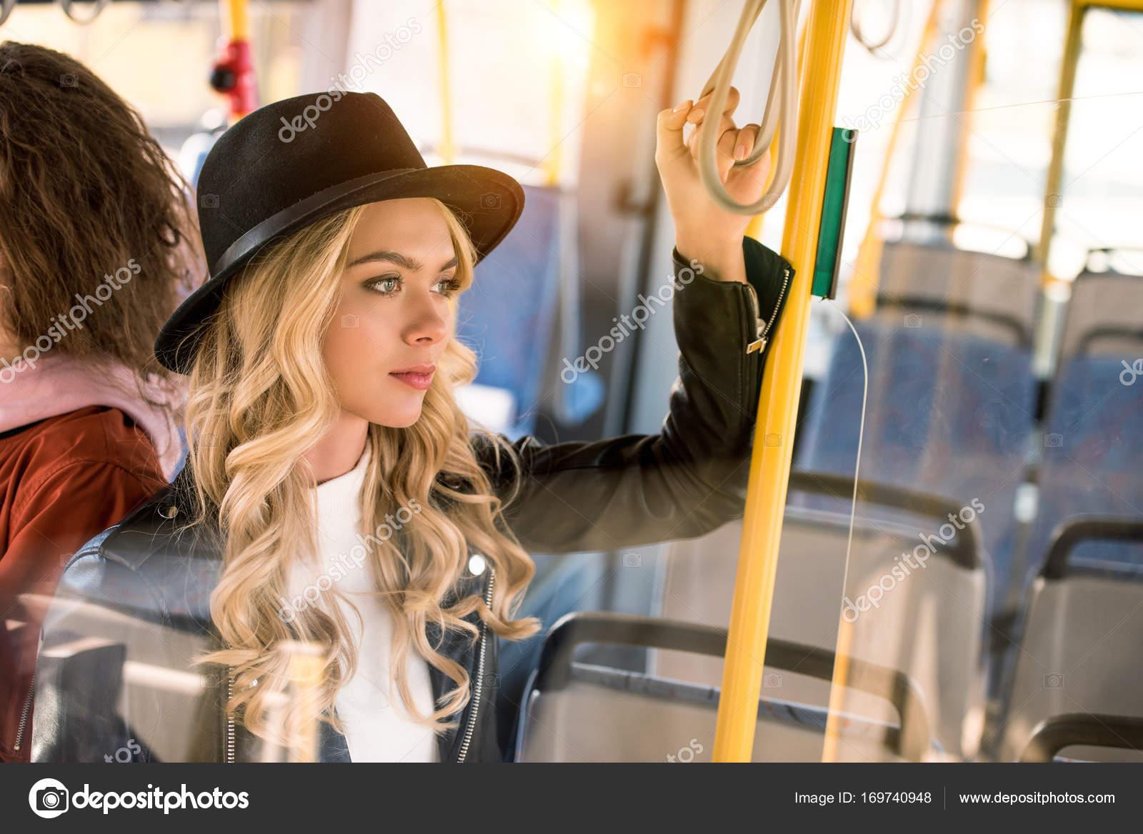 stilvolle Mädchen im bus — Stockfoto © AllaSerebrina