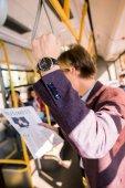 Fotografie mladý podnikatel v autobuse