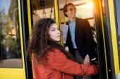Fiatal nő belépő busz