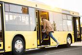 Fényképek a fiatalember belépő busz