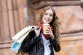 Fényképek nő bevásárló táskák és kávé menni