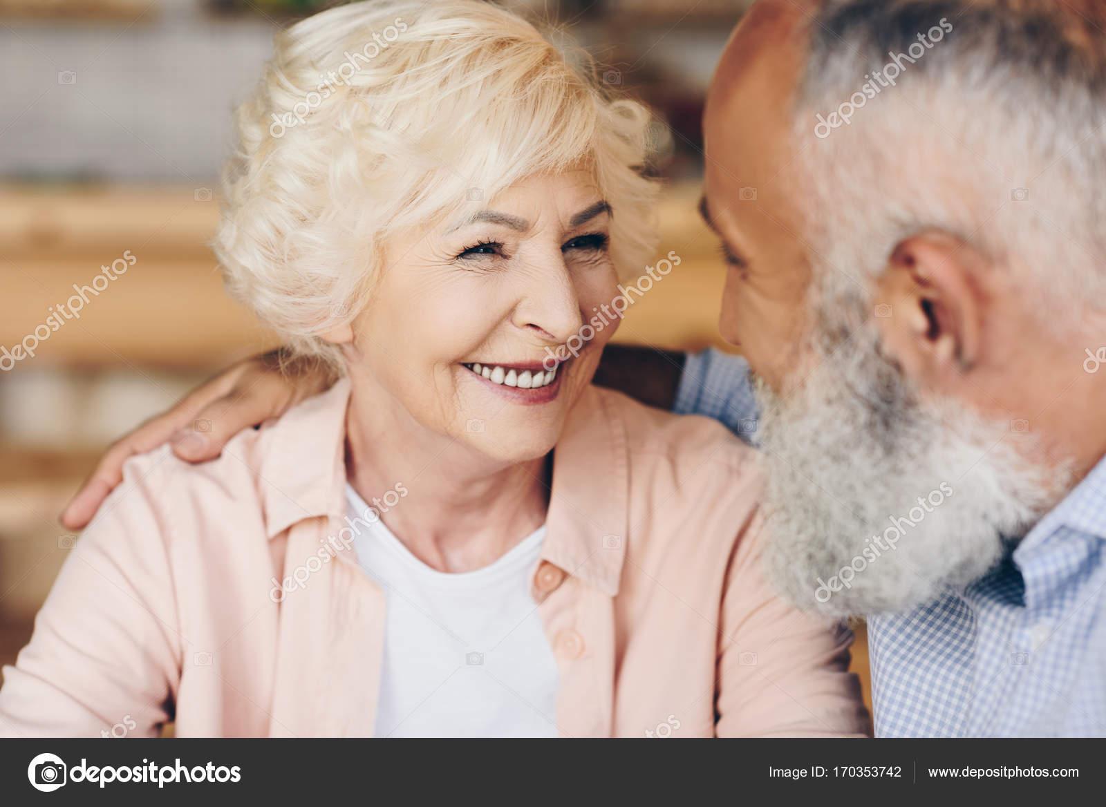 59016c3e0a7589 Selektiven Fokus glücklich senior Frau sucht Mann in der Nähe von — Foto  von ...
