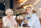 Fotografie senior couple drinking coffee in cafe