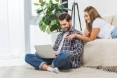 Photo attractive couple using laptop