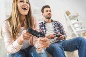 paar Videospiele mit Gamepads spielen