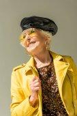 idősebb hölgy sárga kabát