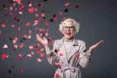 nadšený, starší žena s konfety