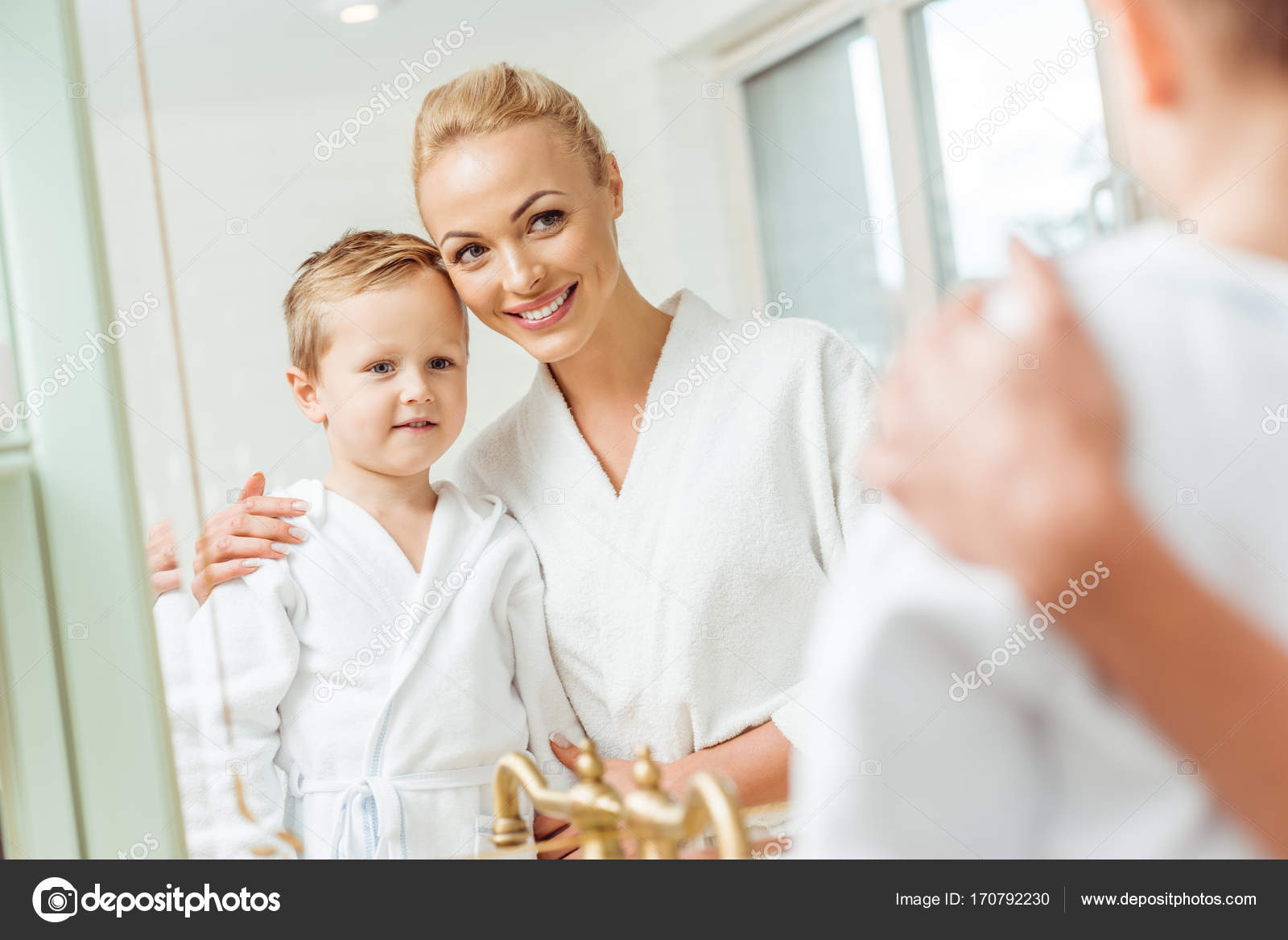 M re et fils dans la salle de bain photographie - Belle mere dans la salle de bain ...