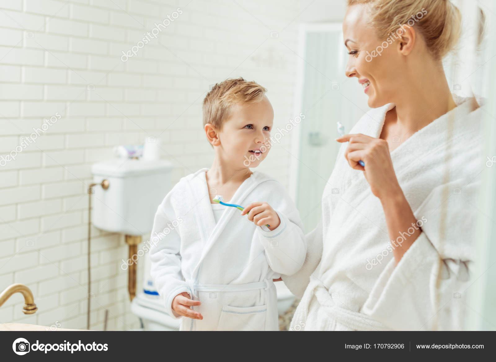 Сын и мать в халате