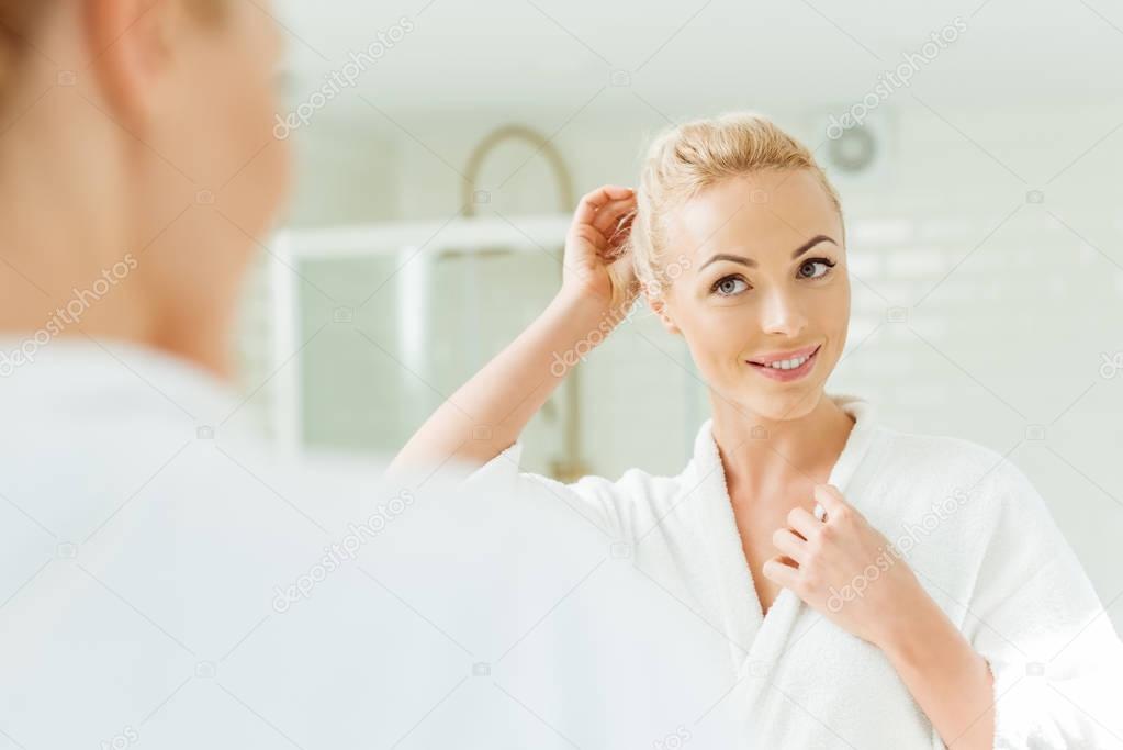 Женщина задом к зеркалу
