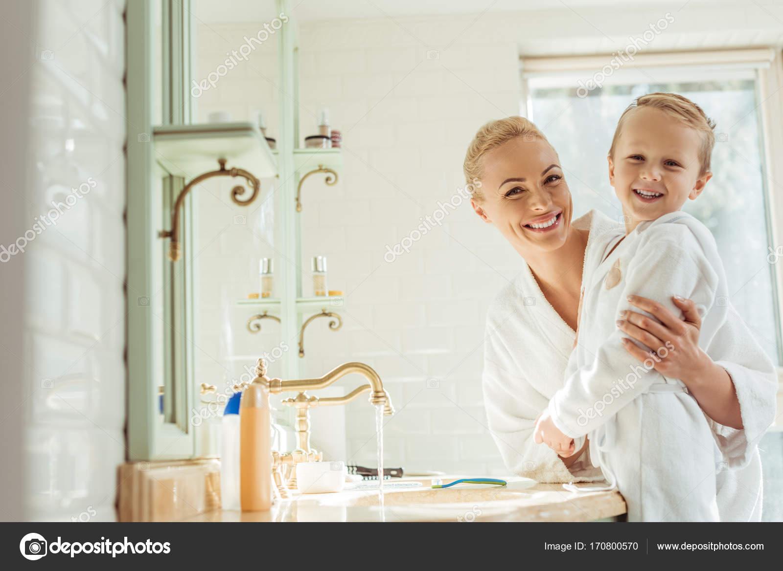 Mutter mit Sohn — Stockfoto © AllaSerebrina #170800570