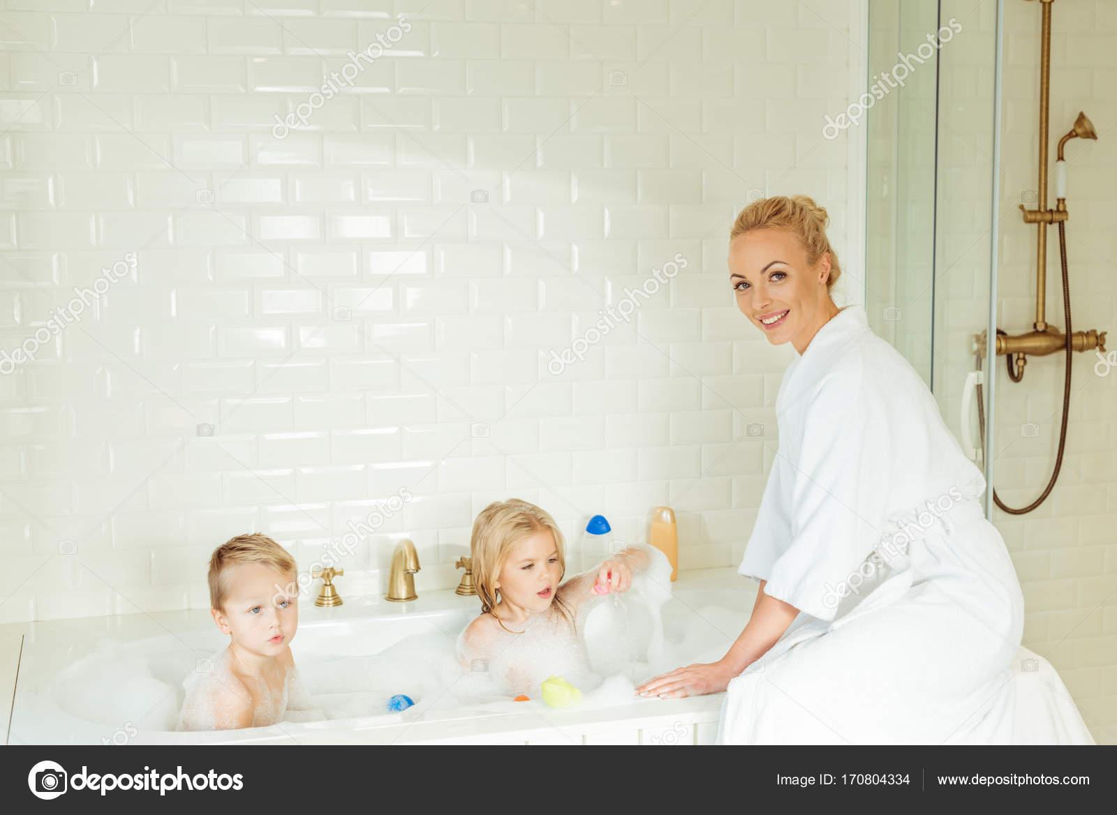 Vasca Da Bagno Bambini : Bambini di lavaggio di madre nella vasca da bagno u foto stock