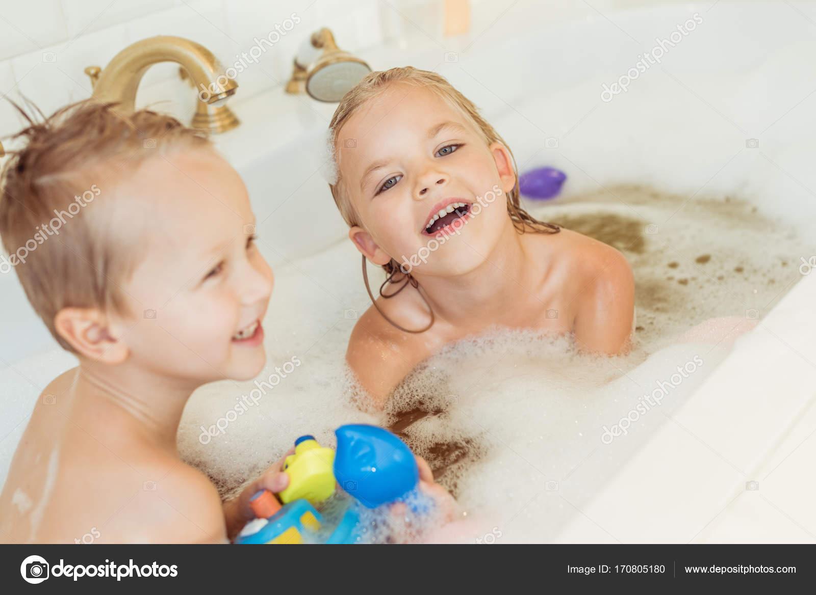 Vasca Da Bagno Bambini : Bambini che giocano nella vasca da bagno con schiuma u2014 foto stock