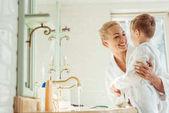 matka a syn v koupelně