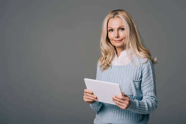 Dijital tablet ile olgun kadın