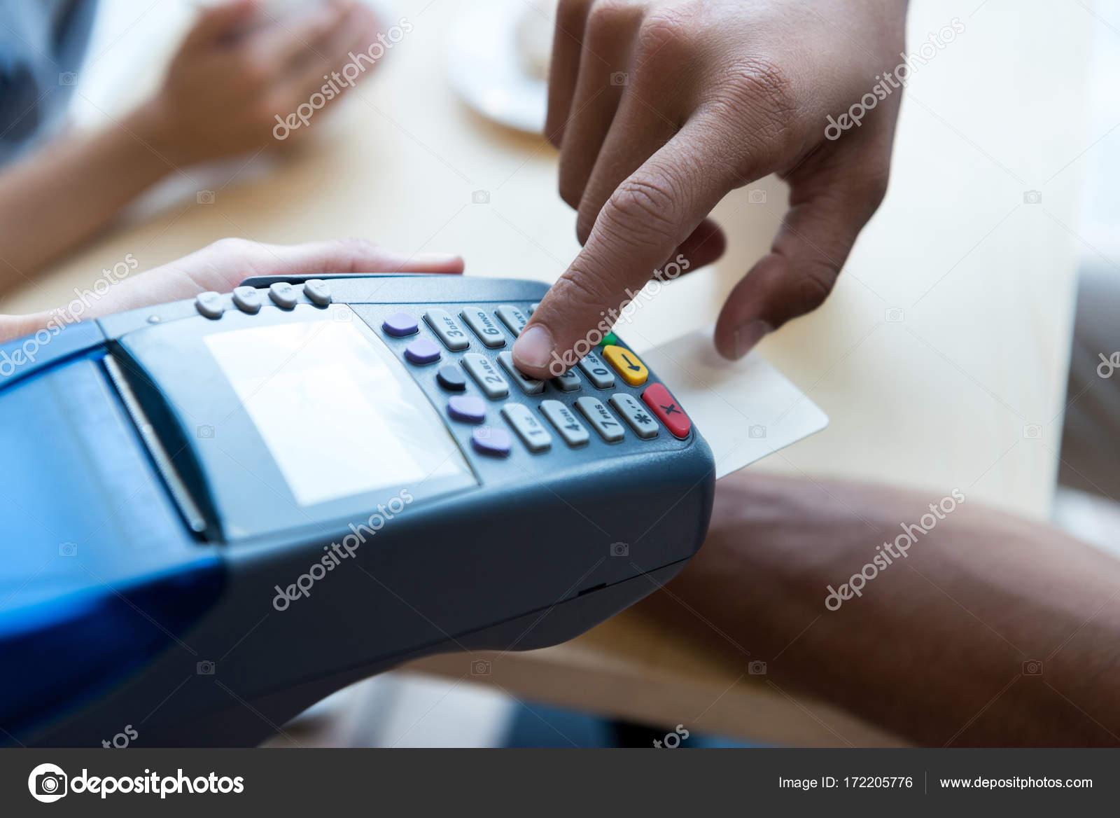 クレジット カード、ターミナルで支払い — ストック写真 © allaserebrina