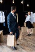 podnikatel a prodávající v butiku