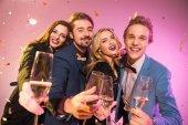 Freunde feiern mit Champagner