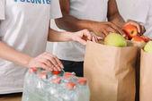 Dobrovolníci s charitativní zboží