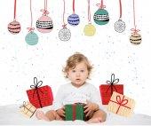 Kleinkind Mädchen mit verpackten Geschenk