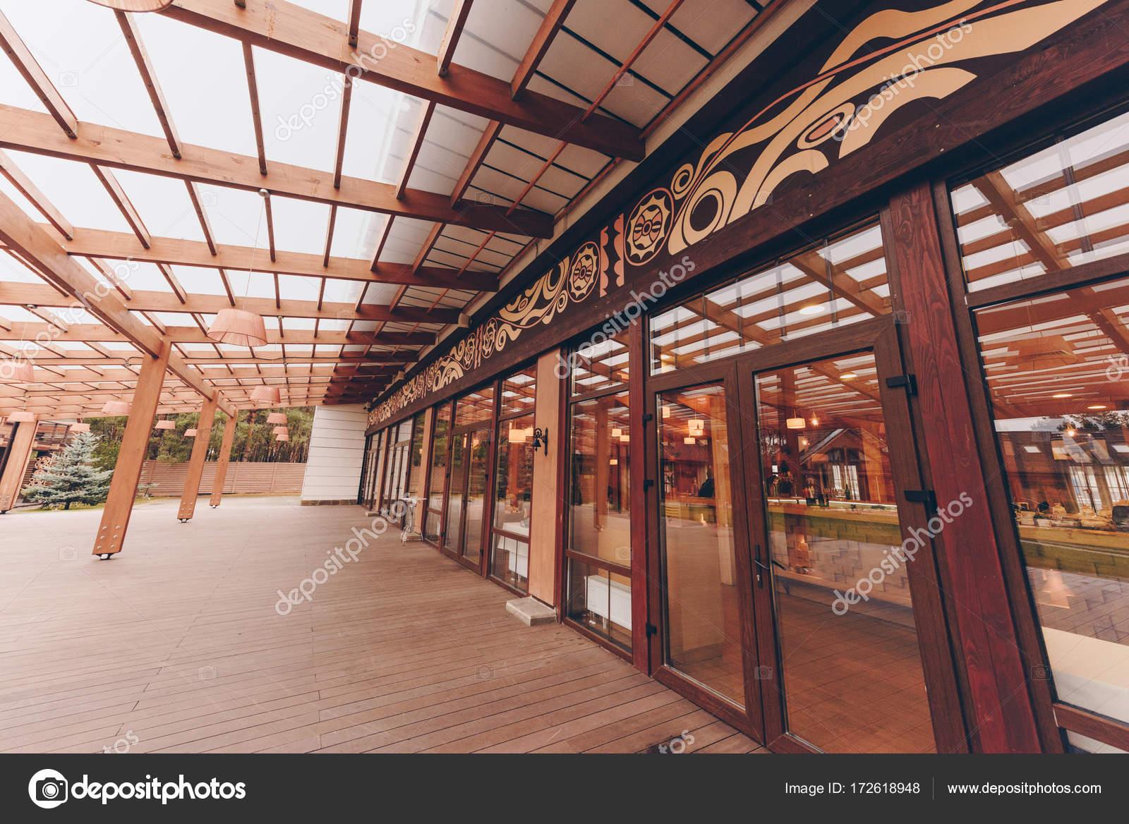 modernes Restaurant mit Dekoration aus Holz — Stockfoto ...