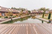 Fotografie Rybník a venkov domy