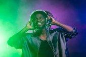 DJ mit Kopfhörer auf Konzert