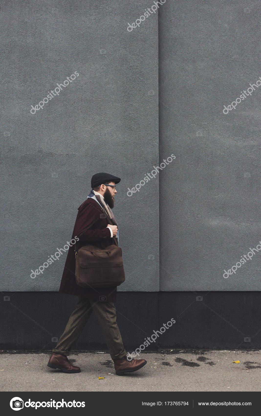 Человек в стильной одежде ходит по улице — Стоковое фото ...