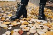 žena v kožené boty