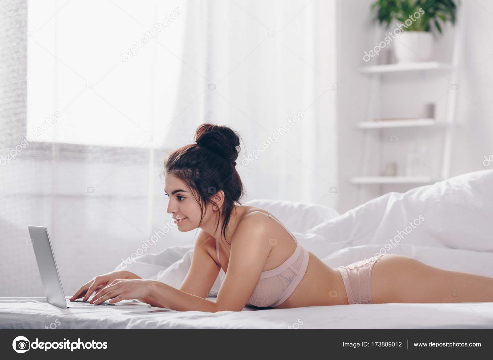 bcca483d0465 Chicas sin ropa nada de ropa | chica en ropa interior usando laptop ...