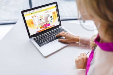 woman using laptop with aliexpress