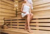 Oříznout záběr krásné mladé ženy v sauně