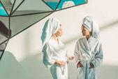 Fotografia belle giovani donne in accappatoio al centro benessere