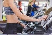 Aufnahme auf Laufband im Fitnessstudio Frau zugeschnitten