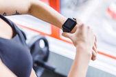 Fotografie beschnitten, Aufnahme Frau Fitness Ergebnisse auf Smartwatch überprüfen
