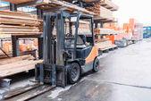 stroj stojí na dřevěných prken na policích mimo vysokozdvižný vozík