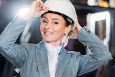 Fotografie ženské inspektor v helmě, práce ve skladu