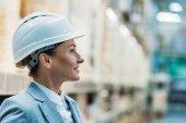 ženské inspektor v bílou helmu ve skladu