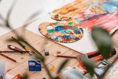 Selektivní fokus paletu barev a uměleckých nástrojů na stole