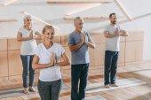 vedoucí skupina lidí s instruktorem cvičení jógy na školení třída