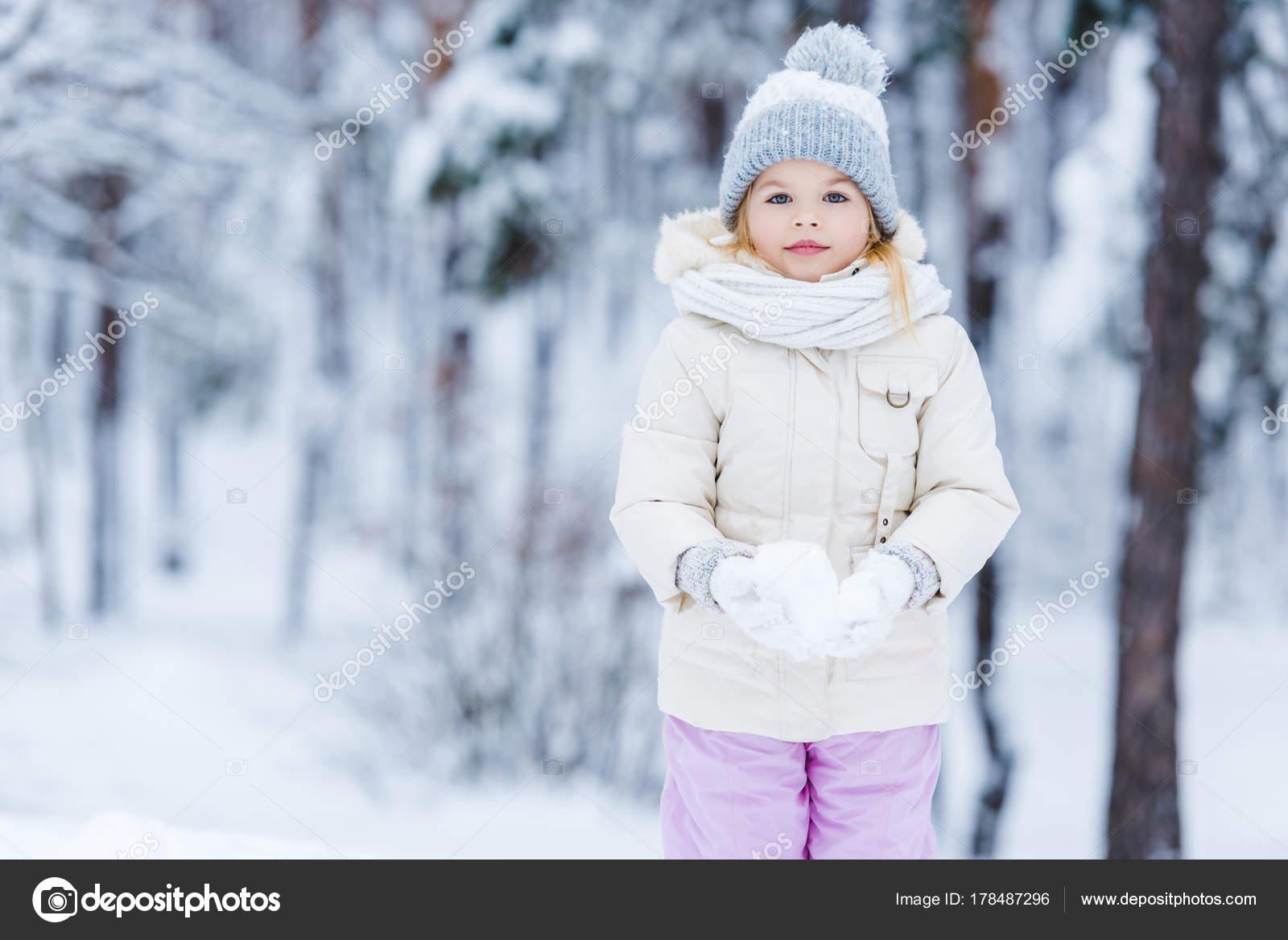 c6d06470b Portret Van Schattige Jongen Houdt Van Sneeuw Bal Handen Winter ...